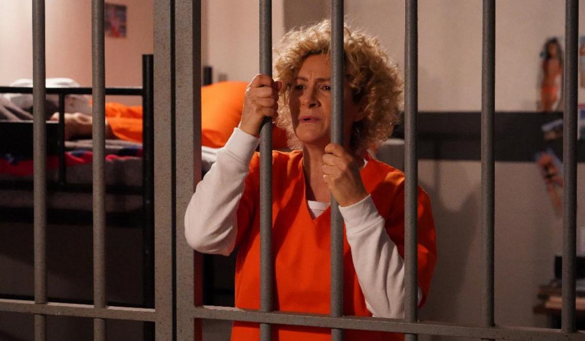 Emoções finais em Amor Amor: Ângela é humilhada e agredida na prisão